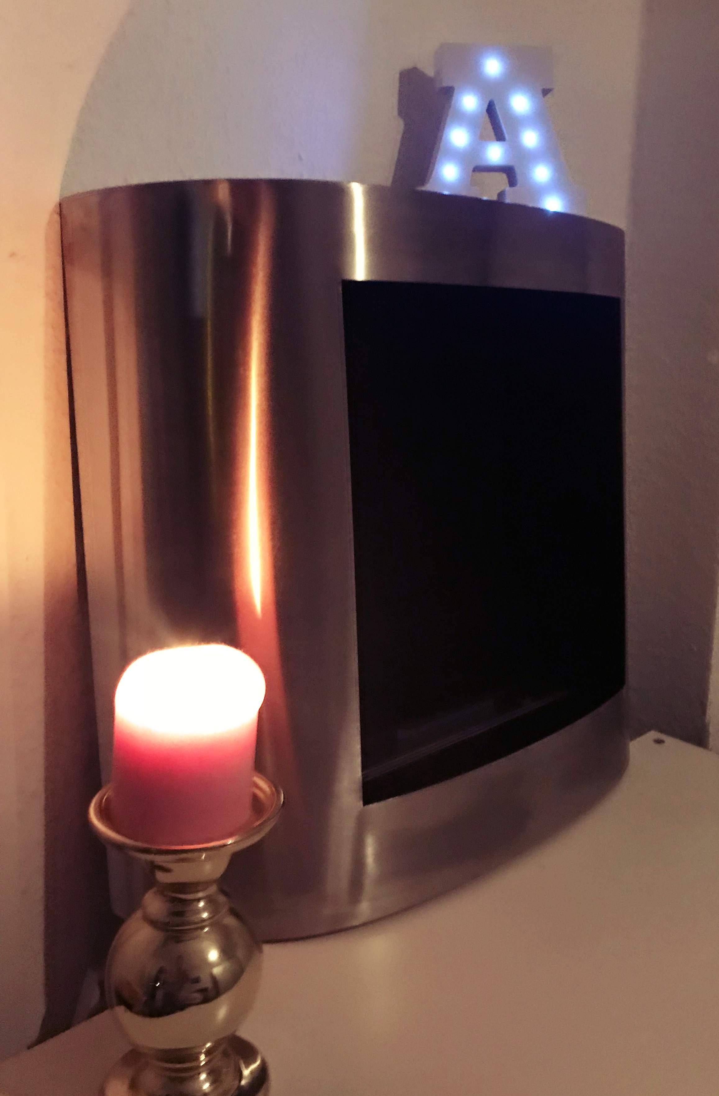 Der Raum Sollte Etwas Größer Sein, Da Durch Das Feuer Viel Sauerstoff  Verbraucht Wird. Der Raum Erwärmt Sich Durch Den Ofen Leicht.